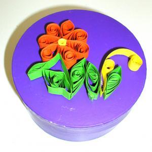 Décorer une boîte à cadeau pour maman avec des papier roulés