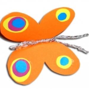 Fabriquer un papillon en papier pour les bricolages d'enfant