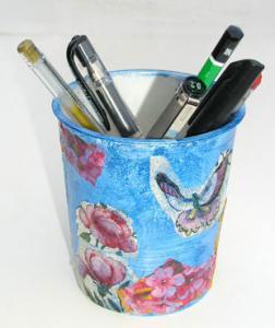 Pot à crayons réalisé avec un verre en carton décoré de motifs de serviettes en papier