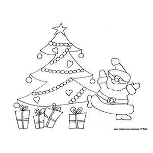 Coloriage du Père Noël qui danse devant les cadeaux du sapin