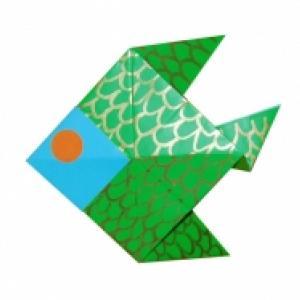Réaliser un poisson en  pliant une feuille de papier. Poisson en origami. Une bonne idée pour s'occuper en s'amusant.