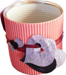 Pot à crayons décoré de coeurs