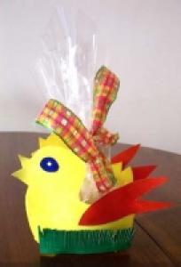 Poule de Pâques corbeille de bonbons