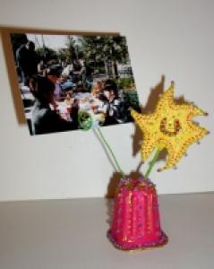 Porte photo réalisé avec un pot de yaourt et une étoile