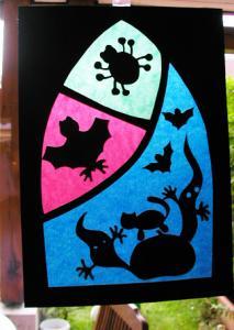 Décoration pour la fête d'halloween : Bricolage d'un vitrail en papier vitrail pour décorer les fenêtres le jour d'Halloween ... Ces décorations sont inspirées des vitraux.