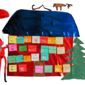 Calendrier de l'avent en forme de maison pour attendre le 25 décembre. Un calendrier de Noël avec des enveloppes. Chaque enveloppe à ouvrir à partir du 1er décembre contient un petit cadeau.
