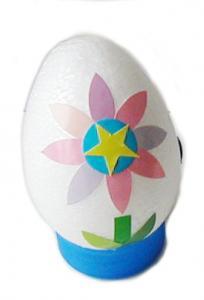 oeufs de Pâques décoré de fleur géométrique