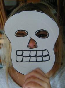 Enfant portant un masque de de squelette