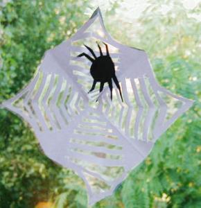Une petite toile d'araignée en papier facile à réaliser