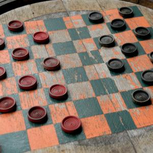 Le jeu de dames est un jeu qui peu s'improviser n'importe où et qui ne demande presqu'aucun matériel. Les pions peuvent être remplacés par des cailloux coloriés avec de la craie et le damier dessiné.