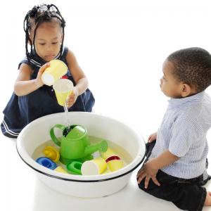 Le jeu de l'eau va permettre à votre enfant de mieux comprendre la notion de volume. A partir d'un étalon, il va remplir plusieurs contenants comme des verres, des bouteilles, des bols, des vases et devra dire si le nouveau contenant est trop petit, trop