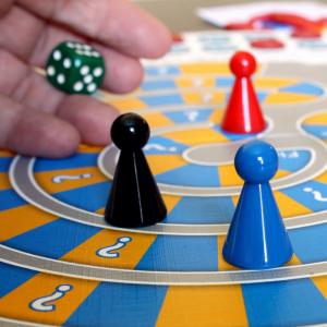 Le jeu de l'oie est un jeu de société très populaire. Ici il s'agit de reproduire le célèbre jeu sur le sol avec des craies. Les pions sont ici remplacés par de vrais joueurs. Le reste des règles restent les même.