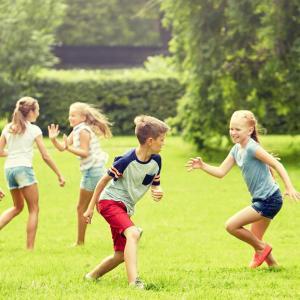 Règles et les principes du jeux des 4 coins, pour jouer en plein air ou lors des fêtes d'enfants. Jeu collectif avec ballon.