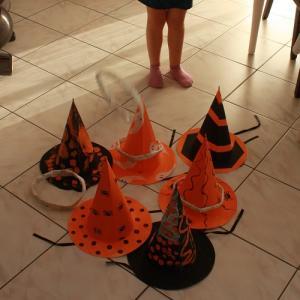 Un jeu des anneaux avec des chapeaux de sorciers décorés