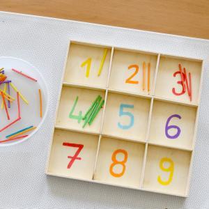 Une activité manuelle et pedagogique pour apprendre à compter selon la méthode Montessori. Ce jeu a pour but de mettre le bon nombre de fuseaux tout en utilisant les bonnes couleurs, Un jeu pour exercer la motricité fine de l'enfant en autonomie.