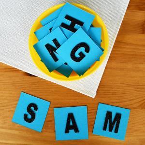 Retrouvez nos lettres rugueuses à fabriquer pour apprendre à lire et à écrire avec la méthode Montessori.