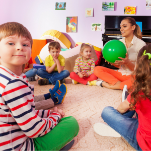 Le jeu de la bombe est un jeu facile à organiser et qui amusera tous les enfants ! Il suffit d'un ballon et de quoi chronométrer la partie. Assis tous en cercle, il faut se passer le ballon de main en main jusqu'à la fin du temps, celui qui a le ballon en