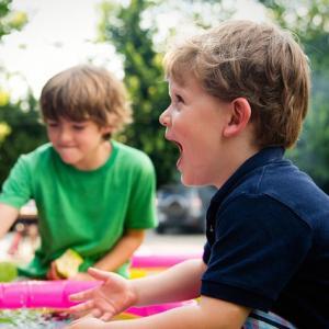 Le jeu de la planche à savon est un classique des jeux de kermesse. Il consiste à pousser un savon avec un bâton sur une planche inclinée. Un jeu d'habileté qui connaît toujours un succès dans les kermesses.