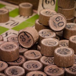 Le célèbre jeu du loto connus de tous pour faire gagner des lots avec les grilles numérotées. Celui qui termine sa grille avant les autres remporte un lot ! Retrouvez les règles de ce jeu sur notre page ainsi que des tas d'autres jeux de kermesse.