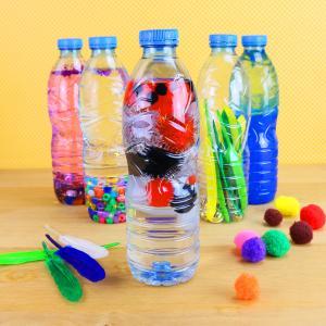 Une activité manuelle et pedagogique pour réaliser des bouteilles sensorielles selon la méthode Montessori. Ces bouteilles permettent de stimuler le développement auditif et visuels des enfants et des bébés.