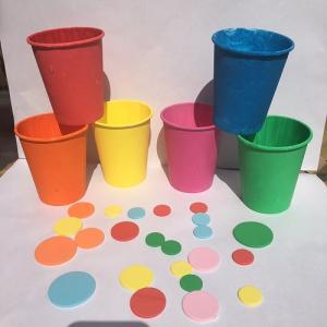 Une activité manuelle et pedagogique pour réaliser des pots de fleurs de couleur selon la méthode Montessori. Ce jeu permet de différencier les nuances de couleurs, de les associer et d'exercer la motricité fine de l'enfant. copie copie