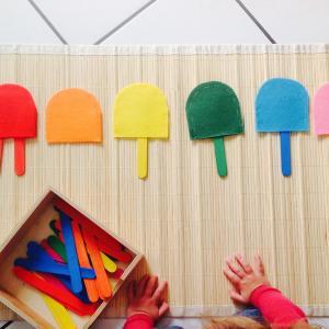 Une activité manuelle et pedagogique pour réaliser des pots de fleurs de couleur selon la méthode Montessori. Ce jeu permet de différencier les nuances de couleurs, de les associer et d'exercer la motricité fine de l'enfant. copie