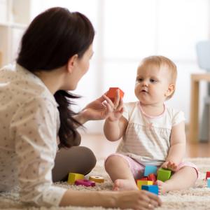 Jouer avec son bébé ou un jeune enfant : Le jeu permet les erreurs et les erreurs permettent d'apprendre Le jeune enfant doit apprendre beaucoup de choses nouvelles en peu de temps les embûches, les erreurs, les &eacute