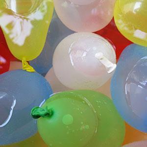 La bombe à eau est un classique des jeux d'eau que les enfants adorent. Des petits ballons de baudruche remplis d'eau pour que les enfants s'amusent à se lancer pour démarrer une véritable bataille ! Un jeu rafraîchissant idéal pour les jours de grande ch