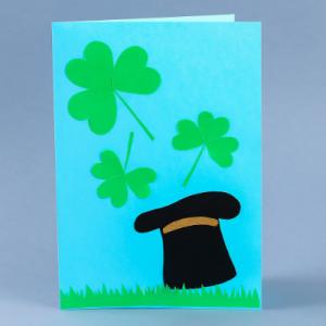 Une carte de la Saint à Patrick décorée d'un chapeau de Leprechaun et de trèfles et à fabriquer avec les enfants