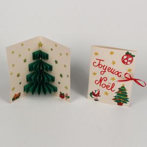 Voici une carte pop up de Noël avec un sapin 3D. Une activité de bricolage enfants pour réaliser une carte pop up pour Noël