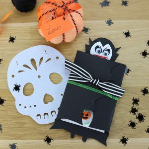 Voici une carte d' Halloween avec un vampire à fabriquer facilement pour inviter les copains à une fête d'Halloween ou souhaiter un Joyeux Halloween à vos proches.