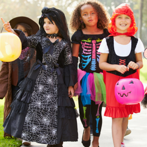S'il y a bien un rituel que les enfants adorent à Halloween, c'est la chasse aux bonbons ! Curieux, ils adorent taper aux portes des voisins, s'amuser à se déguiser et surtout : récolter des tas de bonbons. Retrouvez tous nos conseils et idées pour prépar