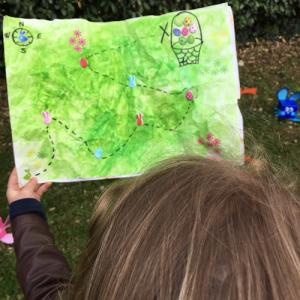 La chasse au trésor est un des grands jeux préférés des enfants. Le côté mystérieux du trésor suscite la curiosité des enfants. En plus du côté amusant, il permet aux enfants d'apprendre à s'orienter et de se familiariser avec l'espace qui l'entoure.
