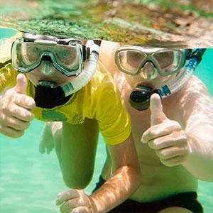La chasse aux trésors aquatique est un jeu d'eau pour les enfants idéal à faire à la piscine. Il faut aller chercher des objet au fond de la piscine le plus rapidement possible. En équipe ou individuellement ce jeu peut être organisé aussi pour un anniver