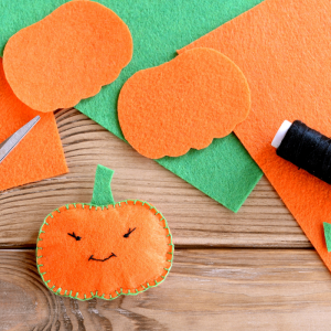 Voici un tuto pour apprendre à faire une citrouille en feutrine pour Halloween. Une jolie idée d'activité très déco à proposer à vos enfants pour Halloween.