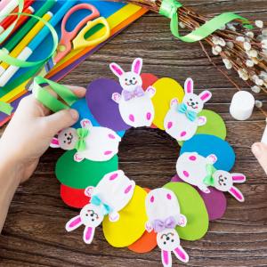 La couronne de Pâques en papier est une bonne idée d'activité de Pâques à partir de collages à proposer aux enfants dès la maternelle. Retrouvez le pas à pas complet et réalisez vous aussi cette jolie couronne avec les kids.