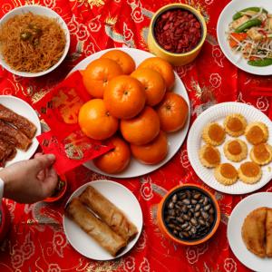 la cuisine chinoise et les habitudes alimentaires. La chine est un vaste pays , presque aussi grand que l'Europe , au climat différent selon les régions , la cuisine les plats y sont tout aussi variés selon où l