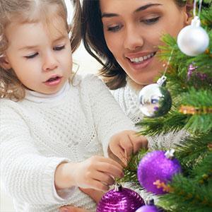 """Les décorations traditionnelles du sapin de Noël varient peu d'un pays à un autre. Le sapin de Noël symbole de vie était aussi appelé """"arbre de vie"""", sa première d&eacu"""