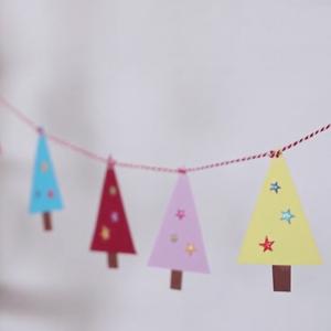 tuto pour bricoler avec les enfants une guirlande de sapins en papier pour Noël