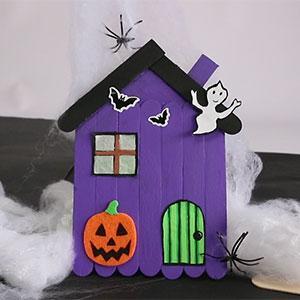 Un bricolage halloween en vidéo pour réaliser une jolie maison hantée en bâtonnets de bois. Cette activité manuelle d'halloween est facile à réaliser. Cette petite maison fera une jolie décoration pour la maison le jour d'halloween.