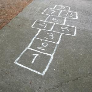 La marelle est un jeu de craie qui se joue souvent dans les cours de récréation. Un jeu qui permet de travailler l'équilibre des enfants, d'apprendre à compter et aussi à améliorer leur adresse. Facile à mettre en place et ne nécessitant que d'une craie e