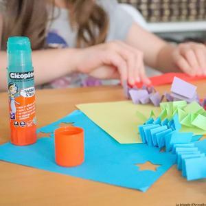 La colle Marine est une colle à prise différée destinée aux plus petits. Dès 3 ans, l'enfant peut coller le papier, le carton, ainsi que les photos.