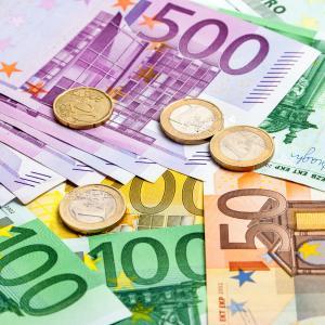 La monnaie fiduciaire, qu'est ce que c'est ? La monnaie fiducière est l'ensemble de la monnaie émise par un état sous la forme de pièce ou de billet alors que ces pièces et ces billets repr&eacute