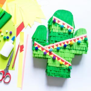 Découvrez comment réaliser un pinata DIY avec du carton pour le Carnaval. Une activité que les enfants vont adorer !