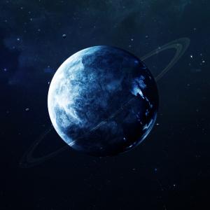 uranus est une grosse planète gelée composée d'eau. ranus étant une planète gazeuse elle ne possède pas de surface solide.