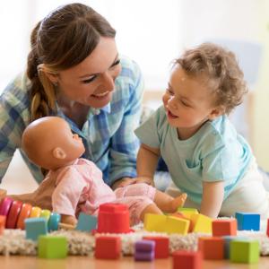 La poupée est un jouet représentant de façon plus ou moins symbolique l'être humain, une poupée a donc au minimum deux yeux, un nez et une bouche. Les membres, les cheveux ou les différentes