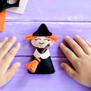 Voici un tuto pour apprendre à faire une sorcière en feutrine pour Halloween. Une jolie idée d'activité très déco à proposer à vos enfants pour Halloween.