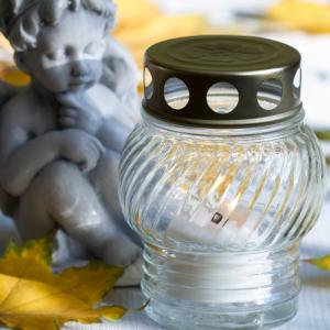 Le jour des défunts ( la fête des morts) se déroule le 2 novembre, c'est un jour de commémoration, de souvenir des morts et un jour de prière pour eux.