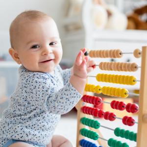 Le boulier, un jouet d'éveil pour les sens et la coordination. Le boulier pour bébé est un indispensable des jouets pour bébé. Colorés, gais, musicaux et aux formes amusantes ils s'accroche
