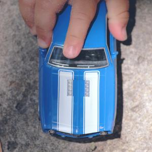 Pour jouer avec leur petites voiture dehors, les enfants peuvent dessiner un circuit avec des craies. Un jeu qui peut se jouer partout ! Laisser l'imaginaire de l'enfant pour tracer tout le circuit et tout le décor (passage piéton, marquages, stops...)